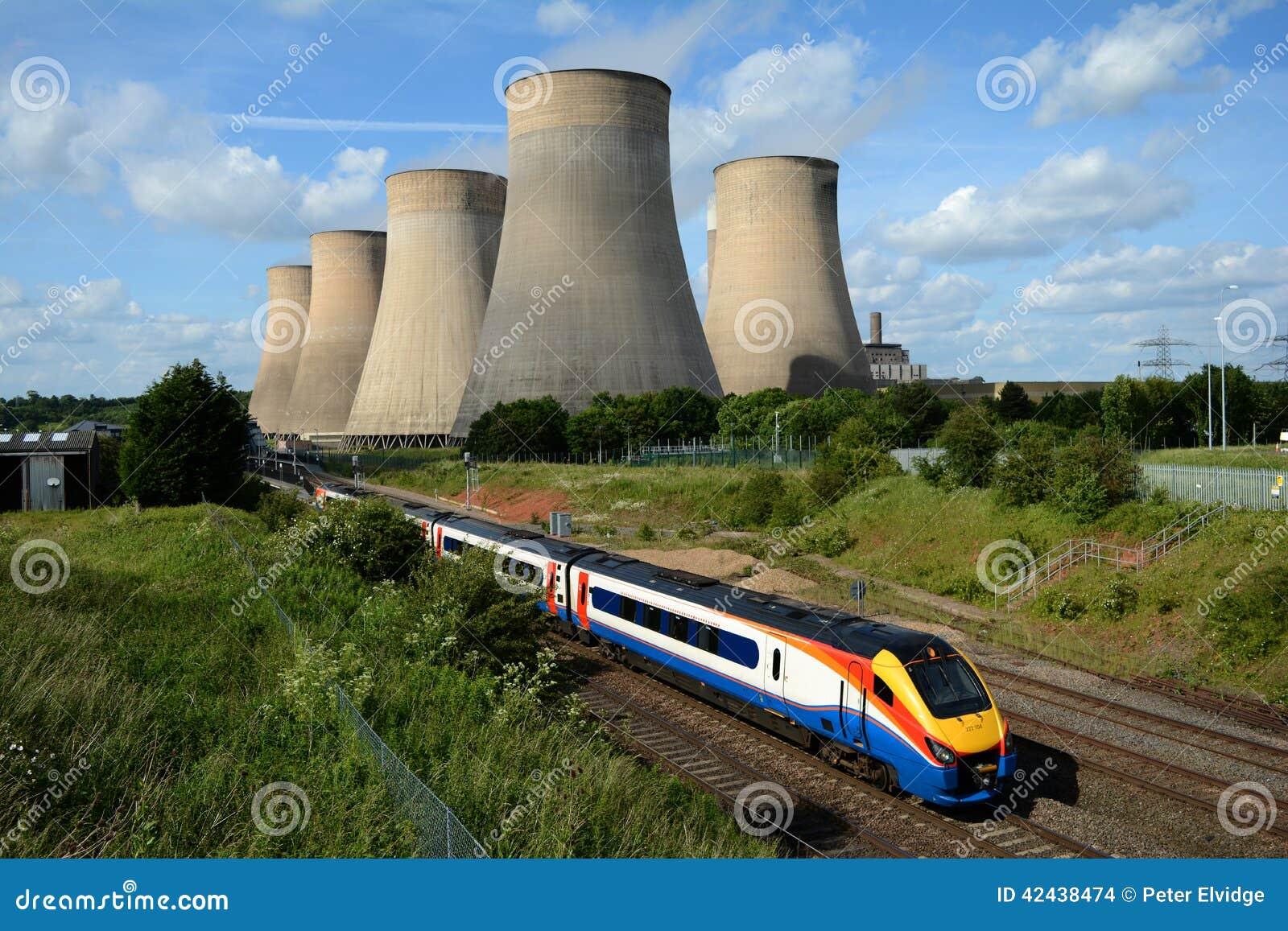 Tren que pasa la central eléctrica