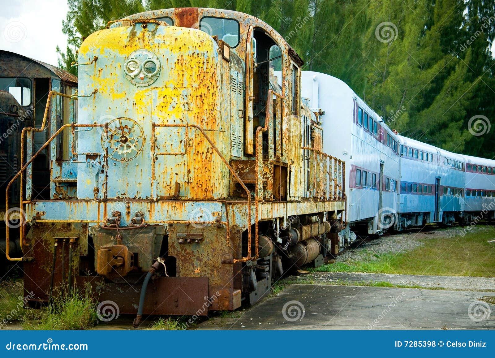 Tren y carros viejos