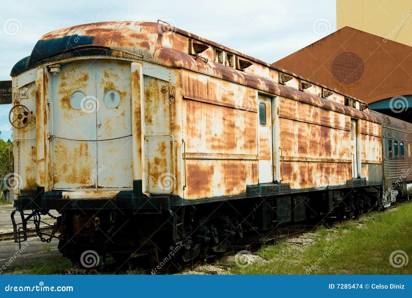 Coche de tren oxidado viejo