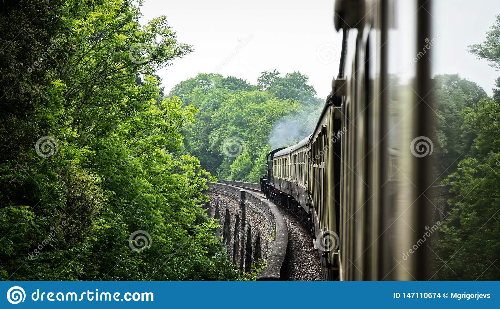 Tren viejo del vapor en el puente del acueducto Reino Unido