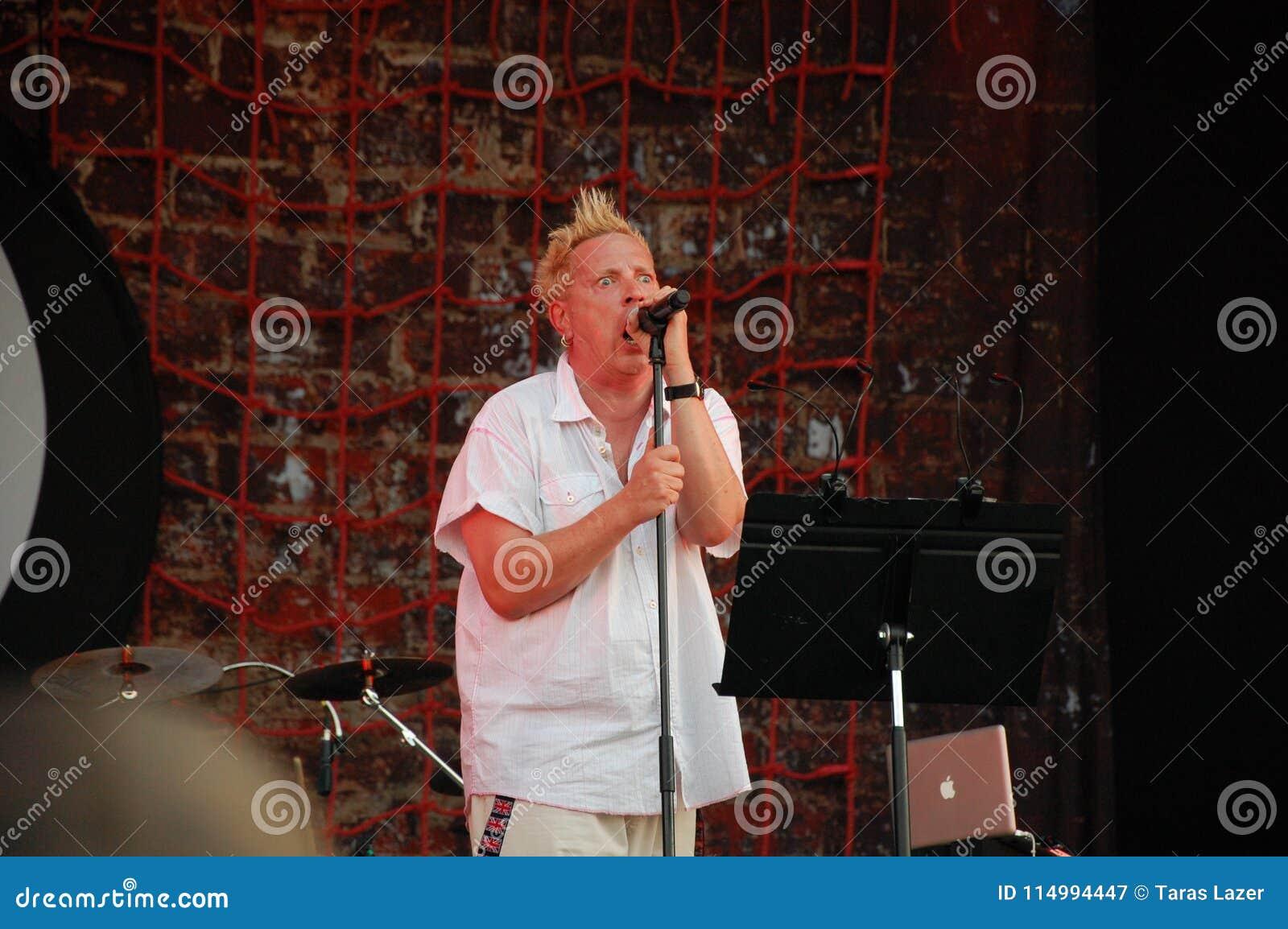 Trencin Slovakien - Juli 9, 2011: Johnny Rotten som direkt utför med offentlig bild, begränsade PIL, före detta Sex Pistols på de