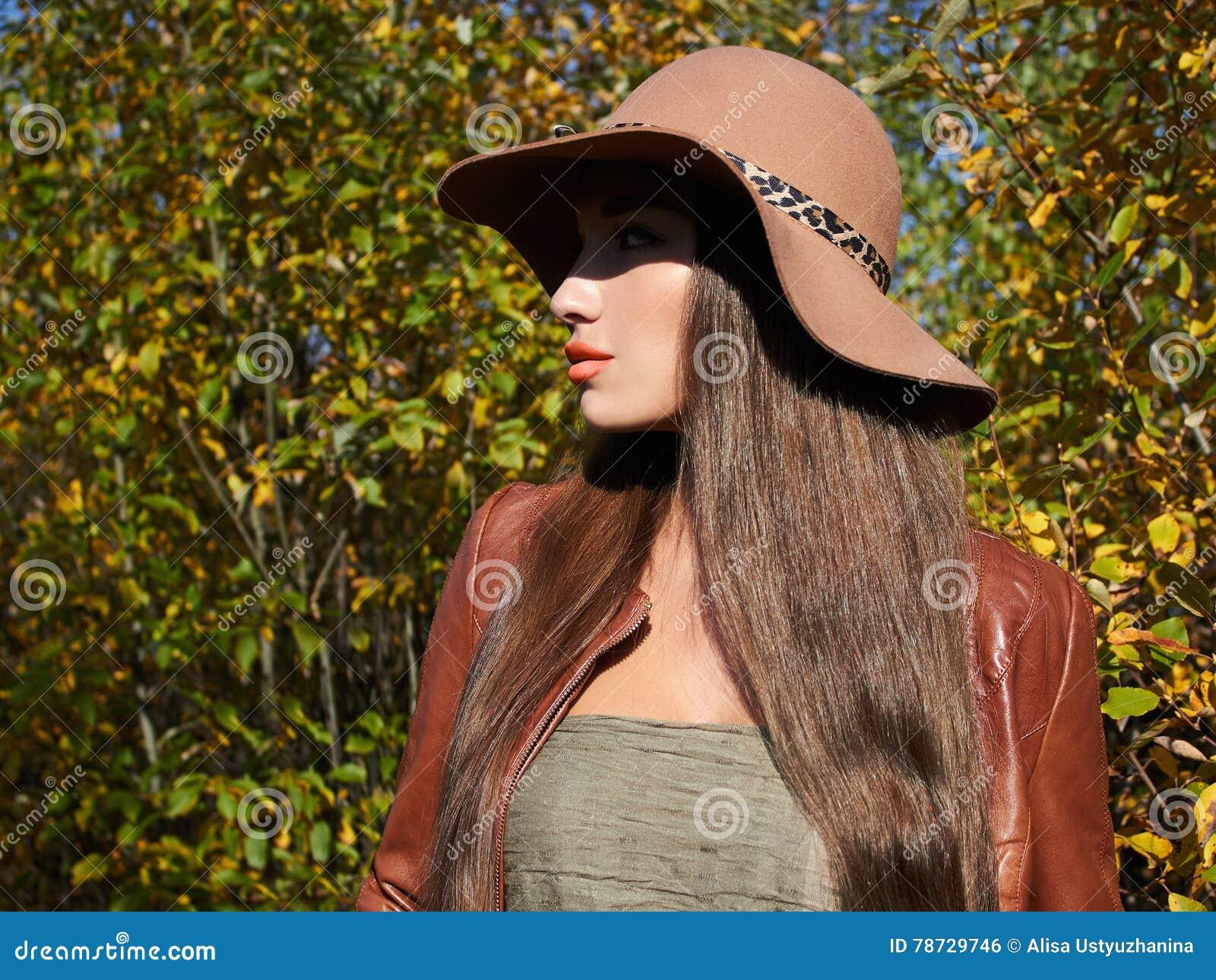 Trendig härlig kvinna för höst i hatt