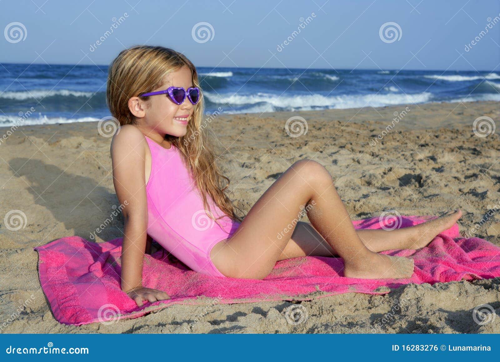 Trendy manier weinig de zomermeisje op strand