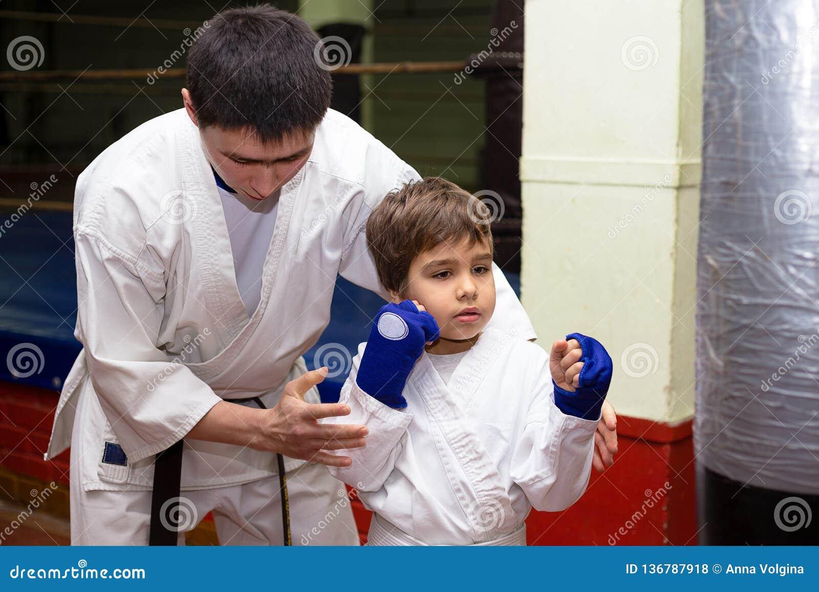 Trener trenuje młodych nastolatków w karate klasie