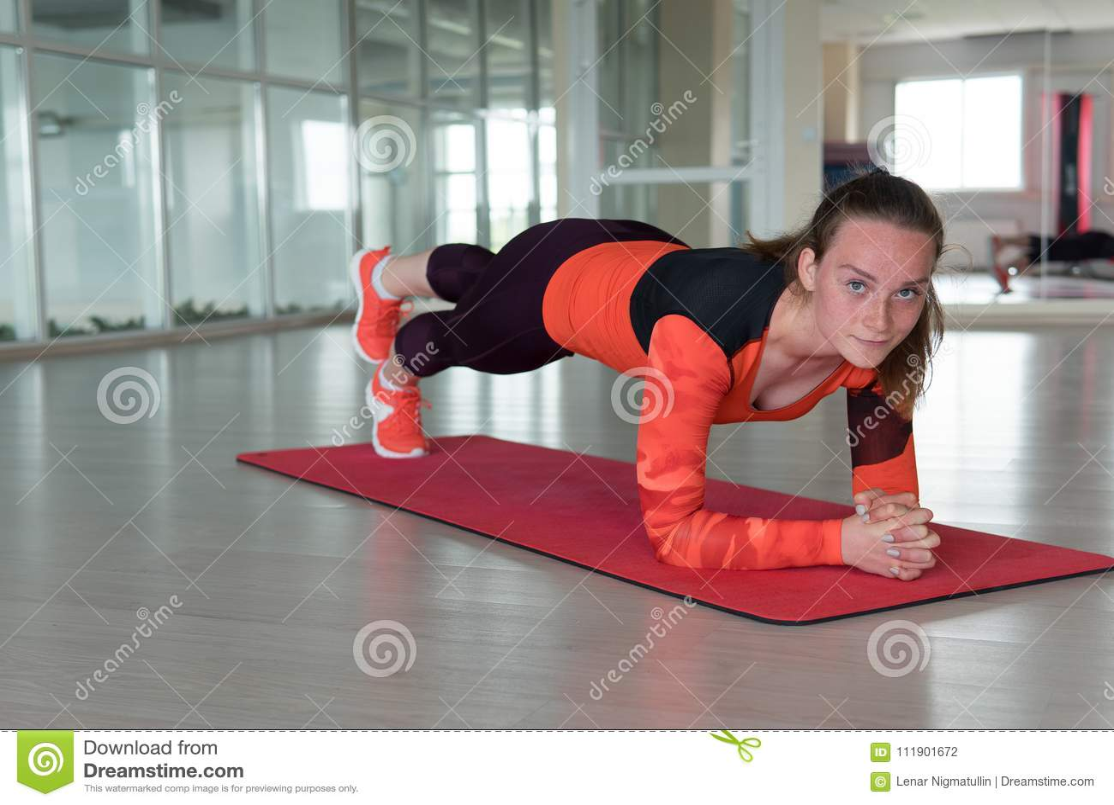 Trenes encantadores de la deportista en el gimnasio