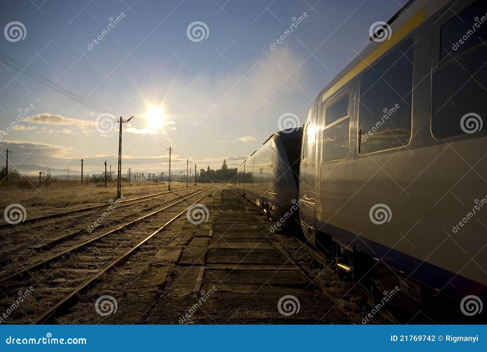 Treno ad una stazione ferroviaria