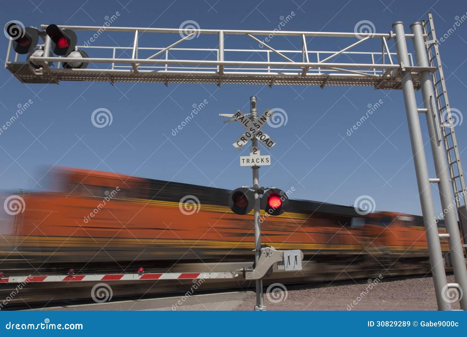 Treno che accelera dall incrocio di ferrovia