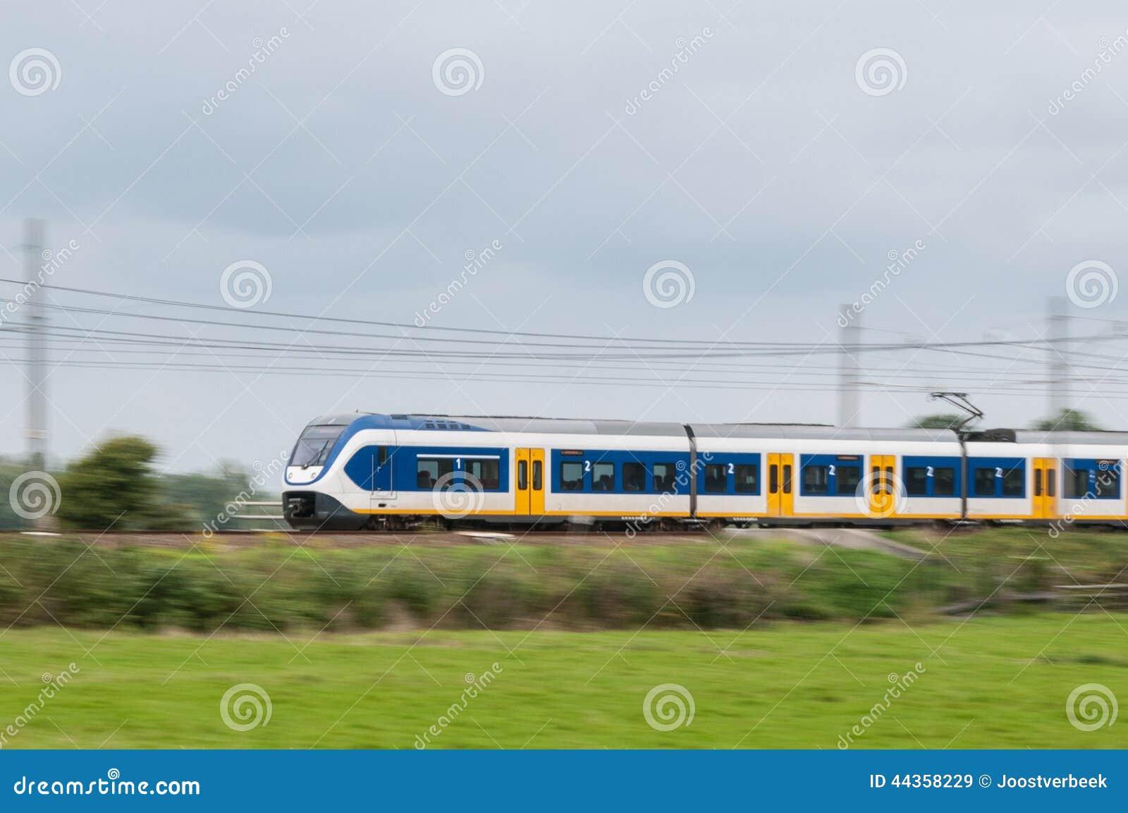 Treno che si muove velocemente nel paesaggio