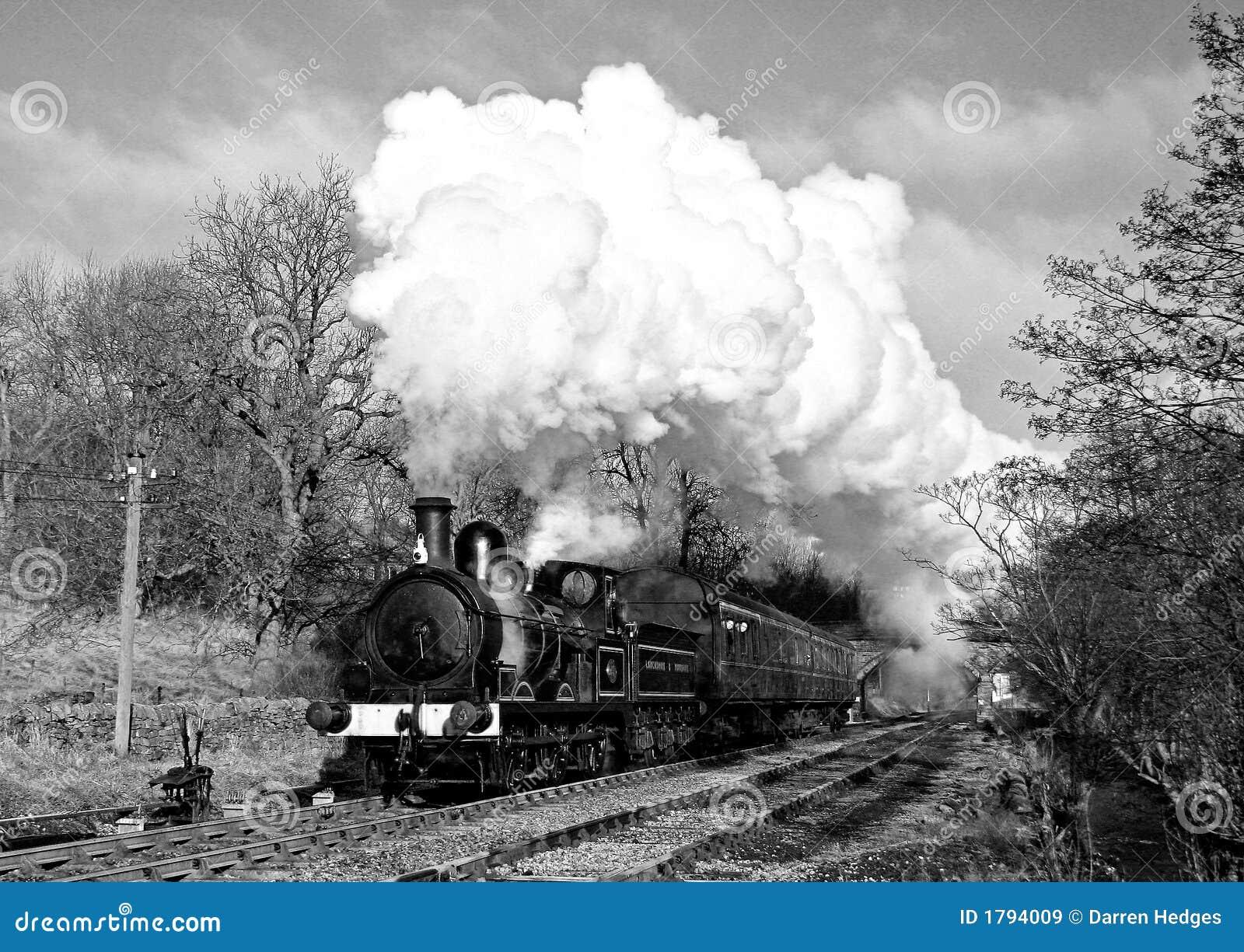 Treno del vapore nel paese di Bronte (annata)