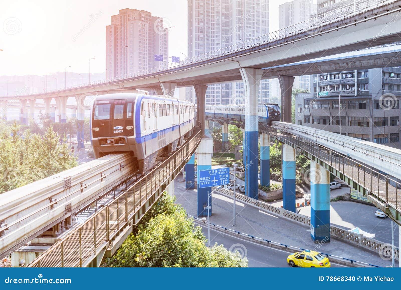 Treno della metropolitana alla stazione della metropolitana a Chongqing