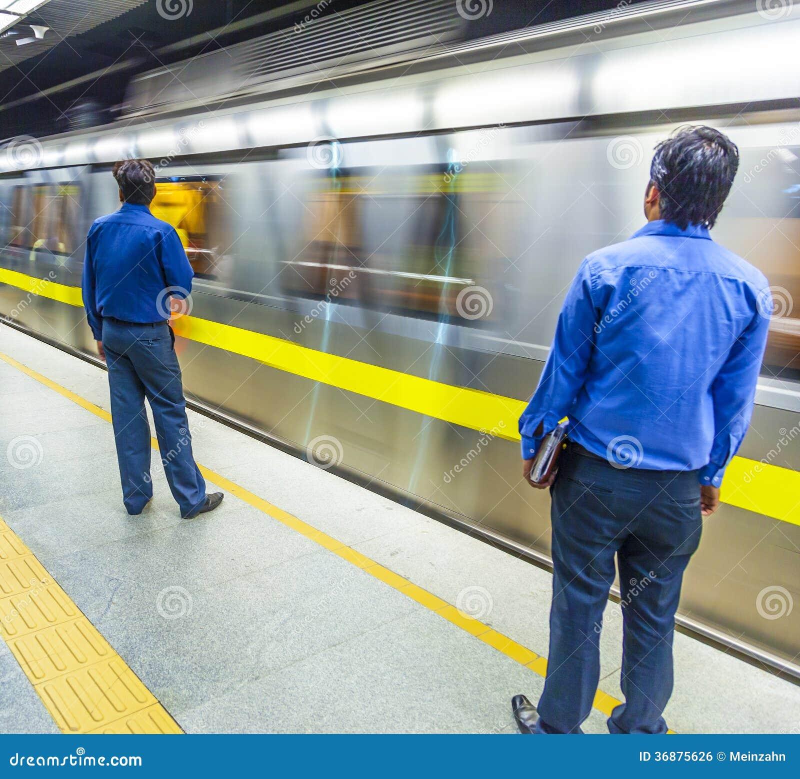 Download Treno Di Discesa Della Metropolitana Dei Passeggeri Fotografia Editoriale - Immagine di persona, people: 36875626