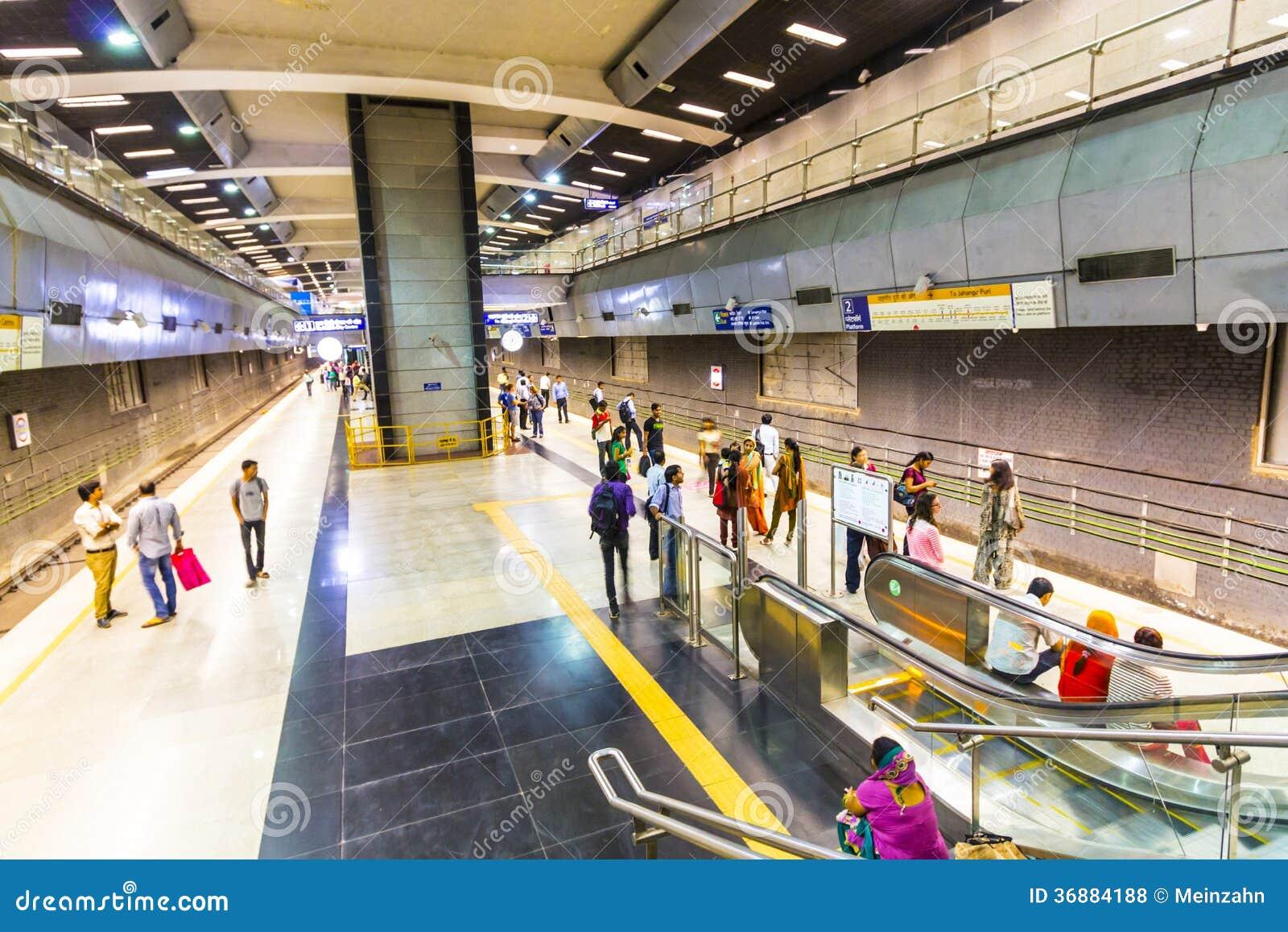 Download Treno Di Discesa Della Metropolitana Dei Passeggeri Fotografia Stock Editoriale - Immagine di delhi, arrivo: 36884188