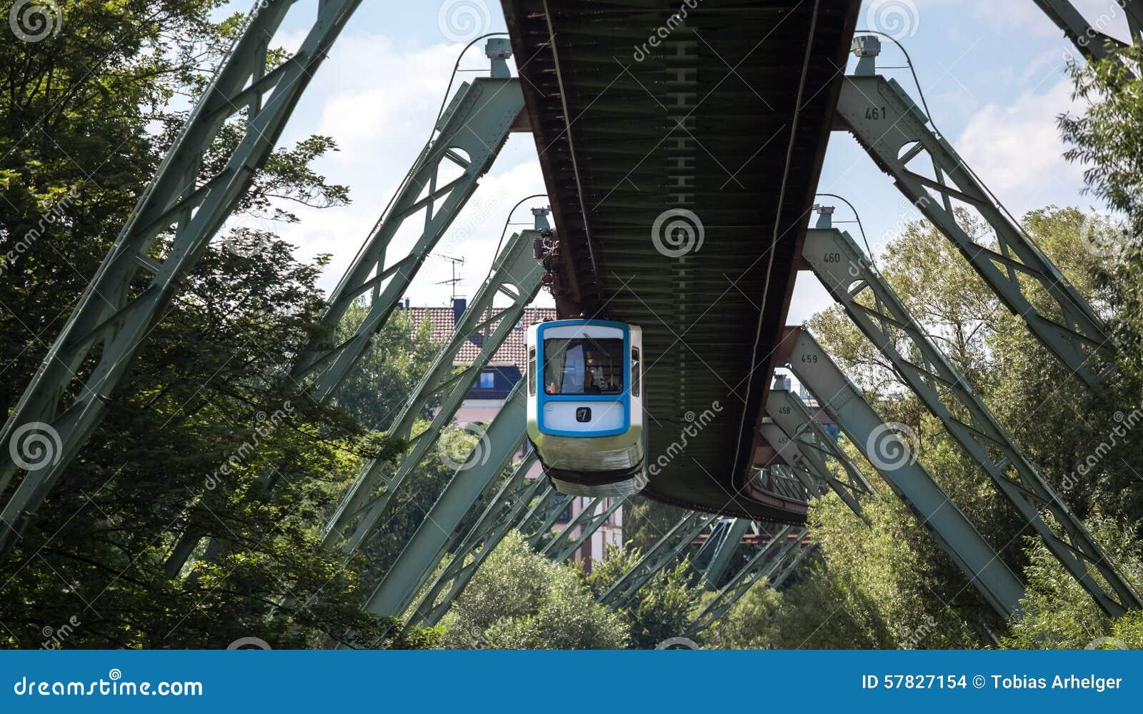 Treno di Schwebebahn a Wuppertal Germania