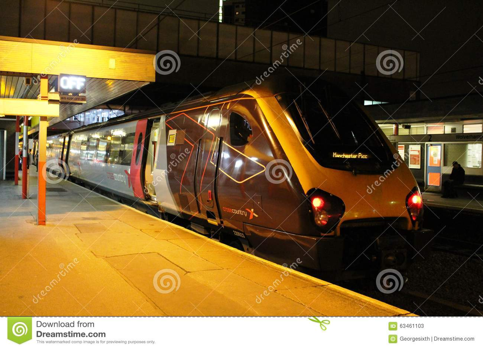 Treno di Voyager alla stazione di Wolverhampton alla notte