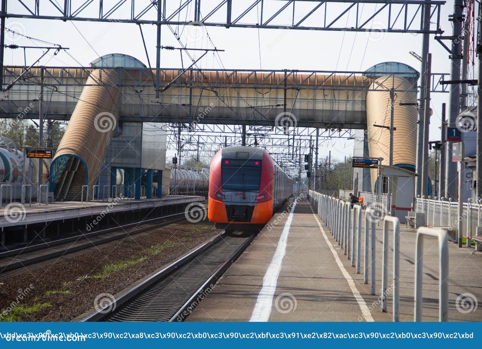 Treno elettrico russo sulle rotaie