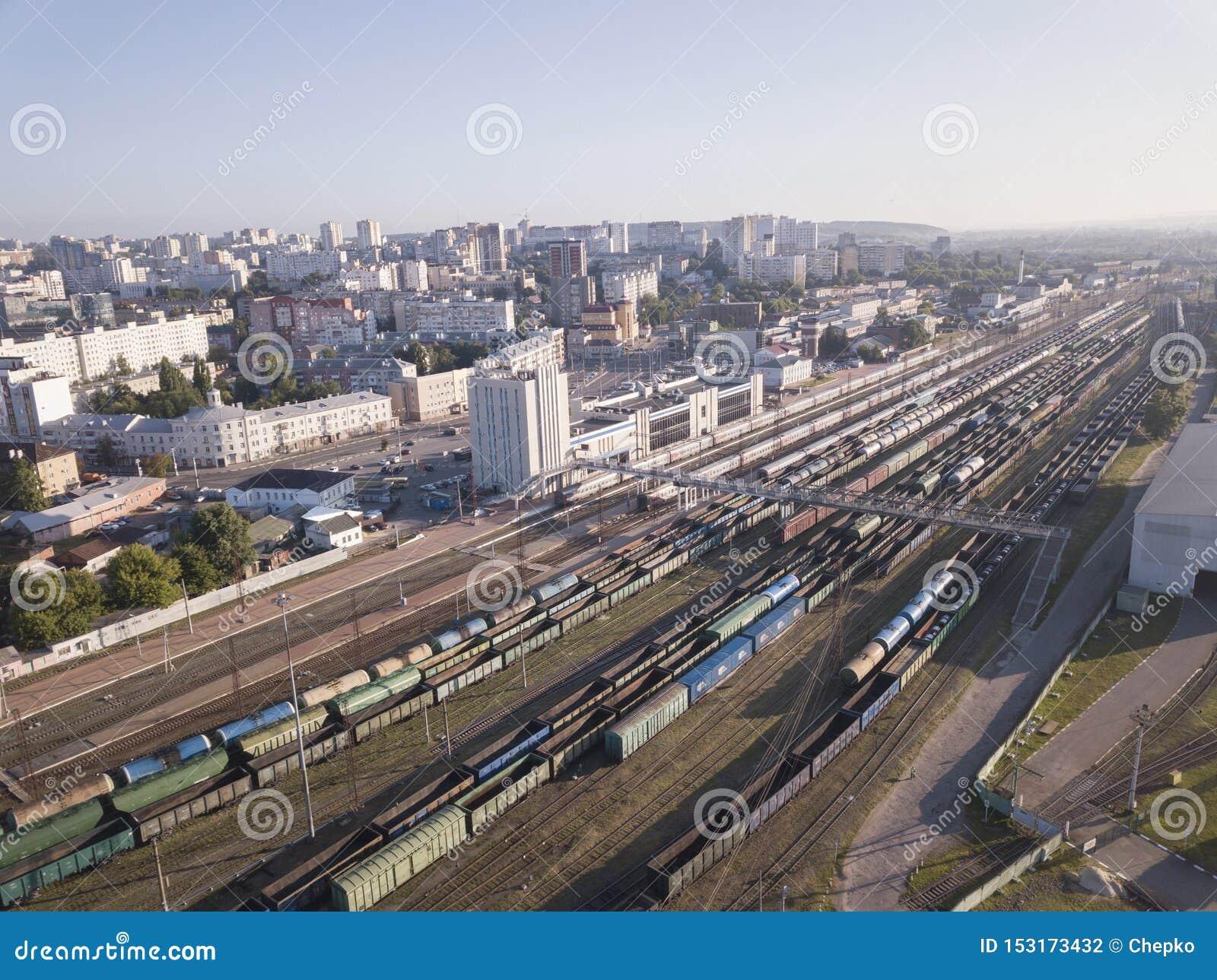 Trens da carga Vista aérea do vagão do frete do zangão na estação de trem Estrada de ferro Ind?stria pesada Vista superior