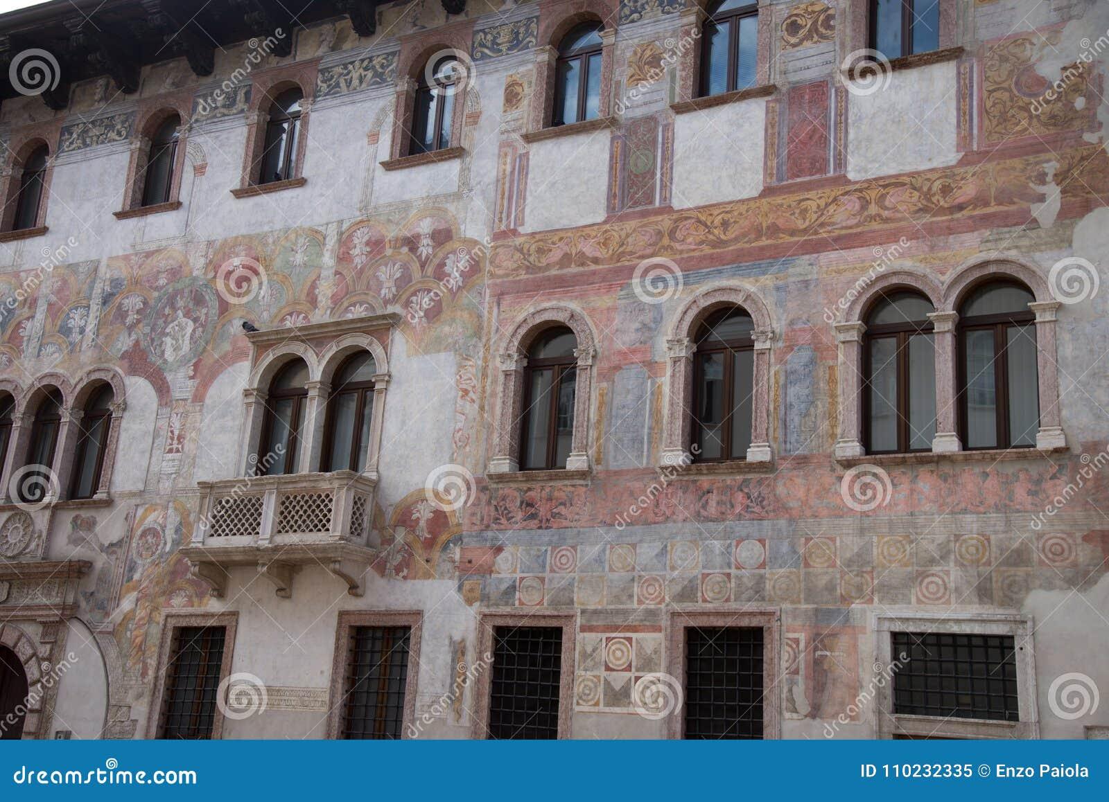 Trento Italien, pittoreska hus i Trento, frescoed