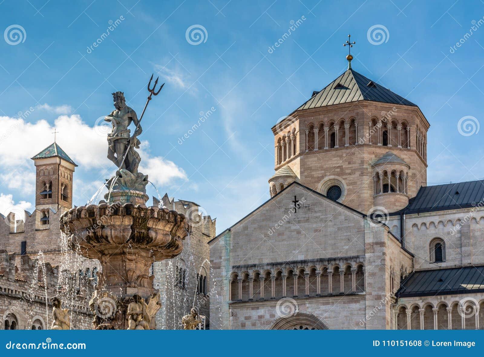 Trento stad: huvudsaklig fyrkant Piazza Duomo, med klockatornet och den sena barocka springbrunnen av Neptun Stad i Trentino Alto