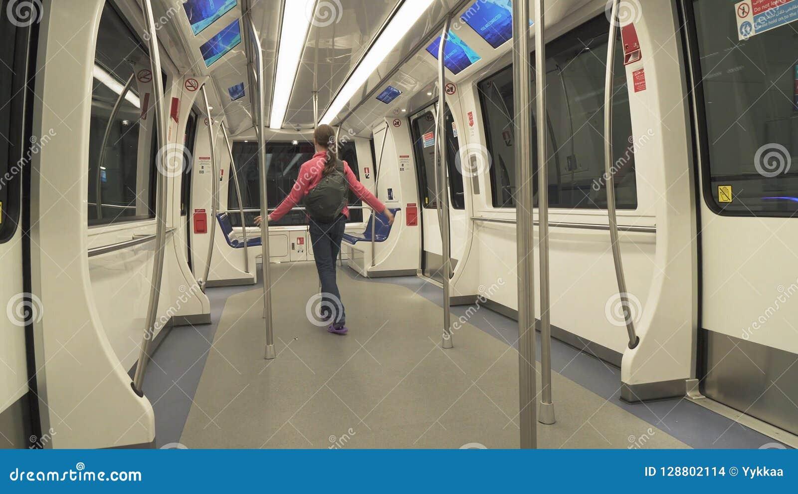 Trenuje dla dostawy pasażery od przyjazdu terenu bagażowego żądania teren przy Dubai International lotniskiem