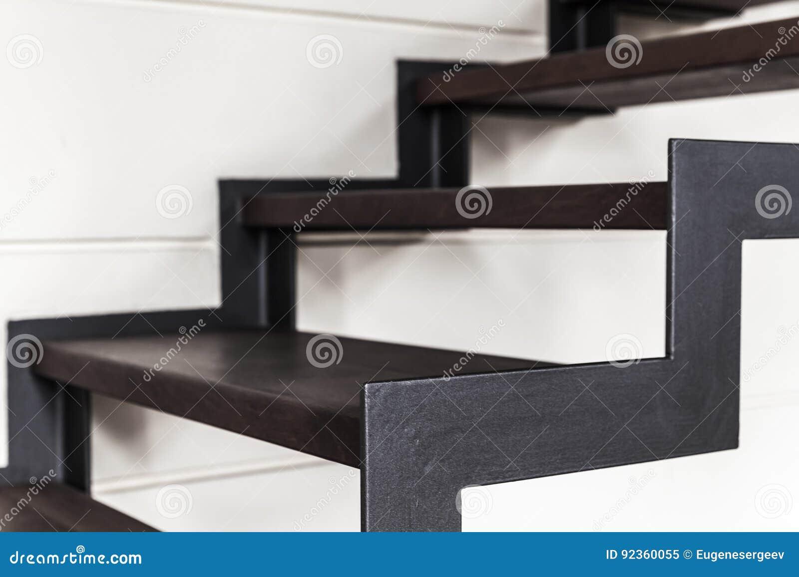 Treppe hergestellt vom schwarzen Metall