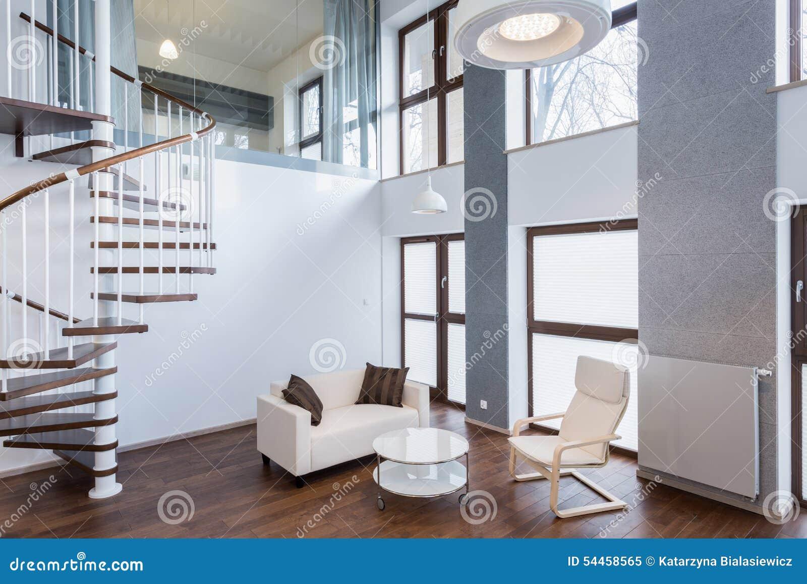 treppe im wohnzimmer in der zeitgenössischen villa stockfoto, Wohnzimmer