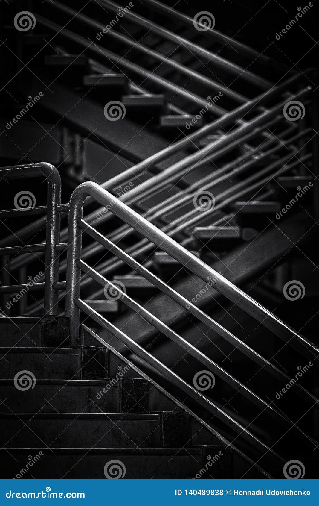 Treppe mit dem Stahlhandrailing