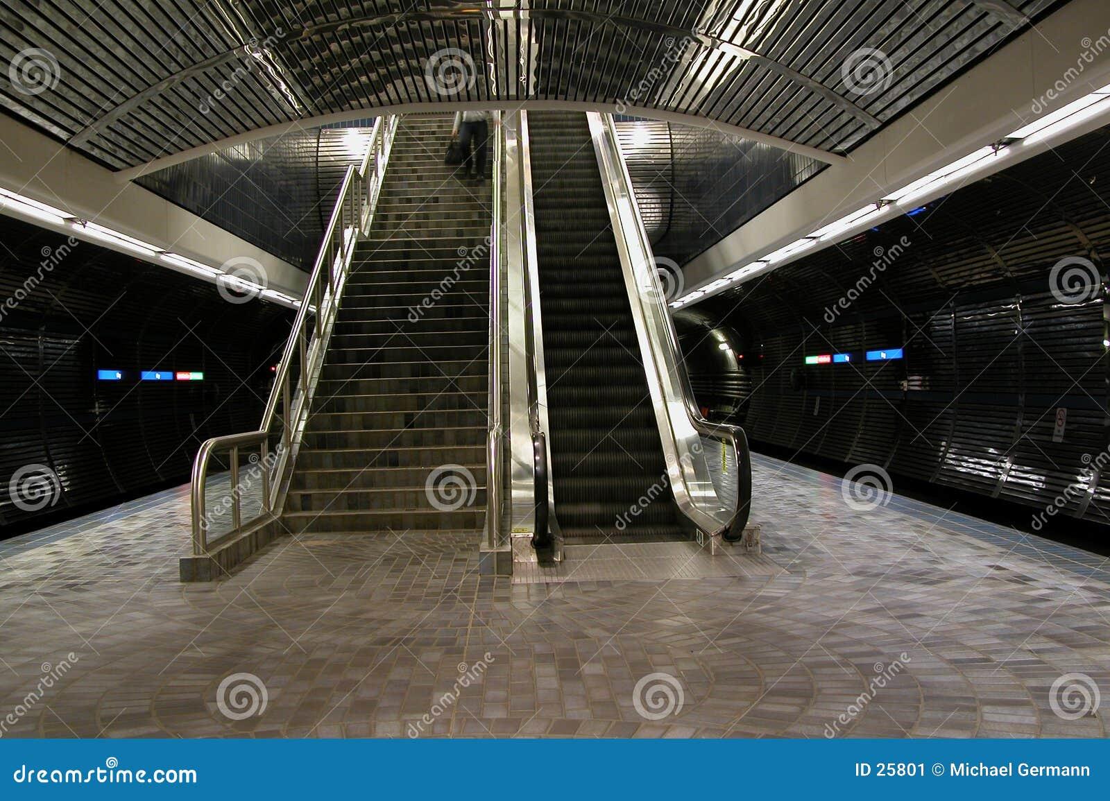 Treppen u. Rolltreppe