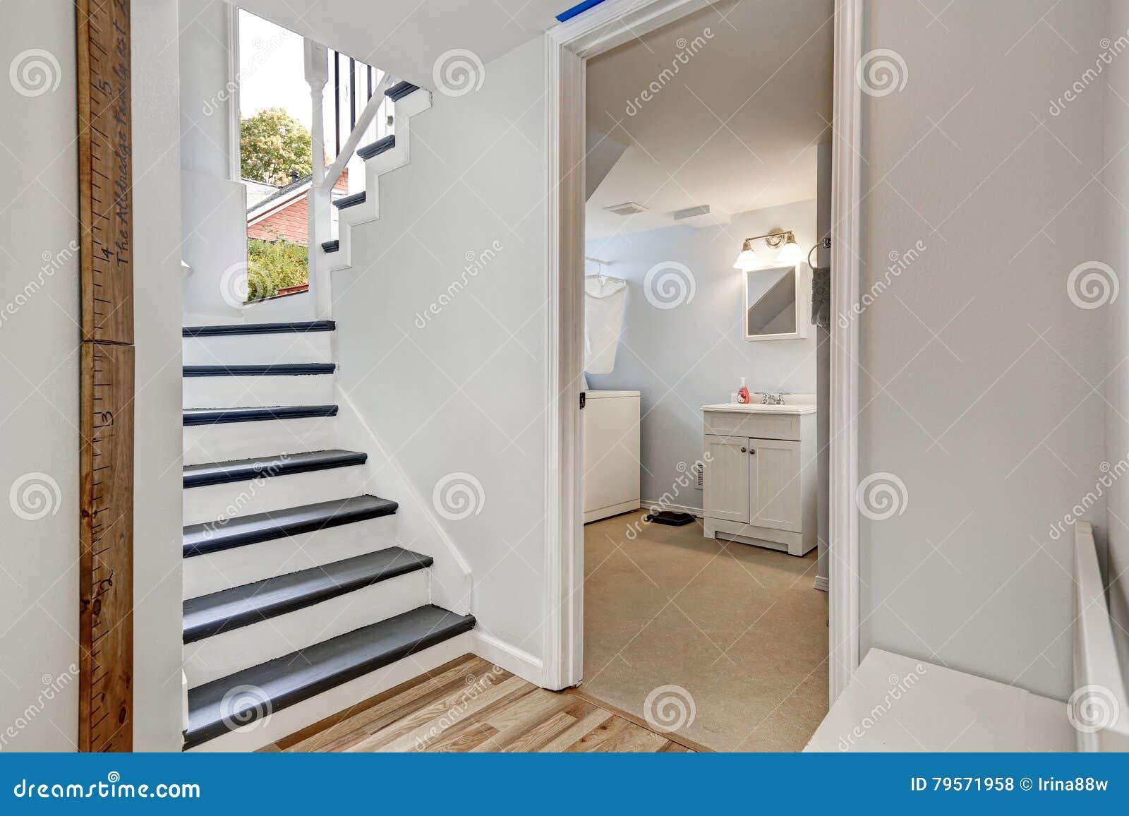Treppenhaus In Der Halle Mit Offener Tür Ins Badezimmer Stockfoto ...