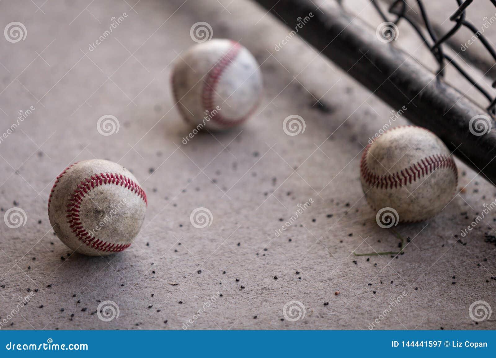 Tres béisboles en el cobertizo