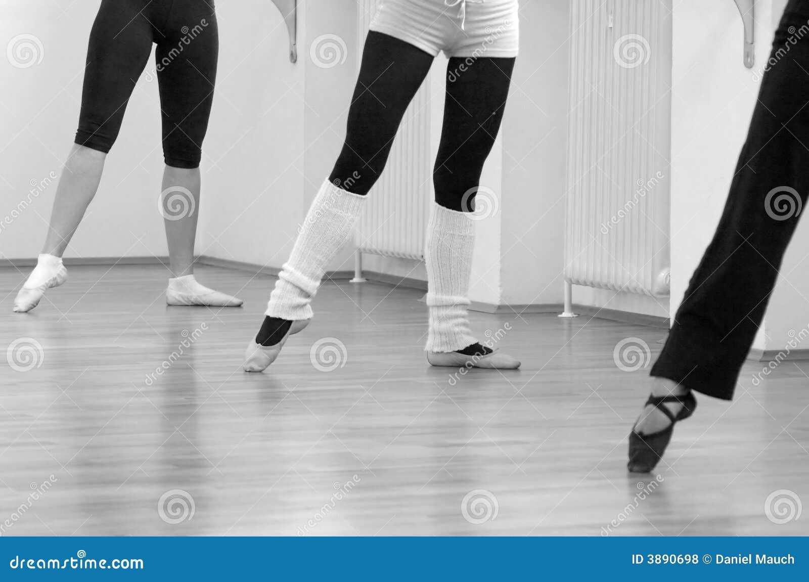 Tres bailarinas que se colocan en señalar descubierto