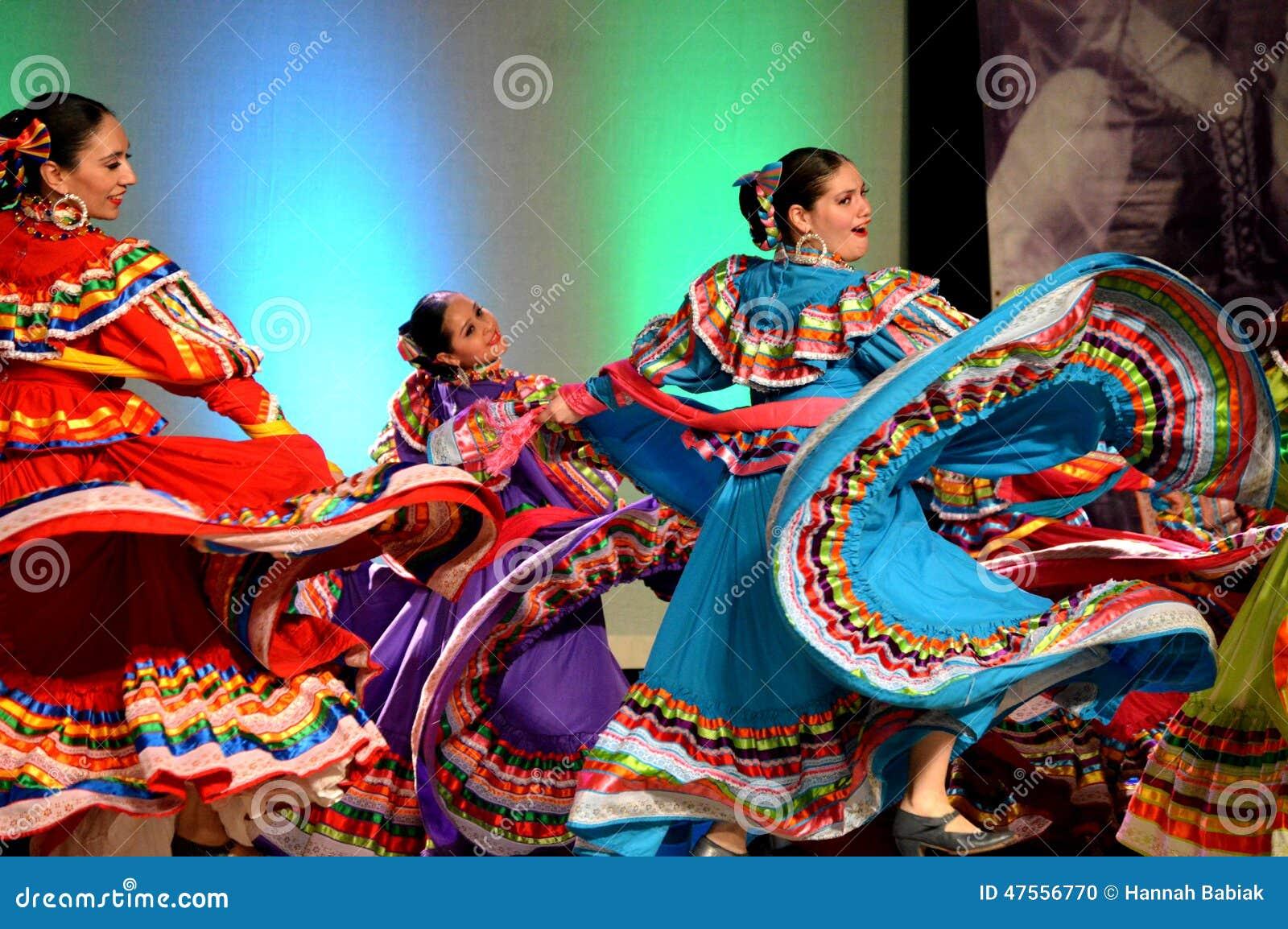 Tres bailarines mexicanos de sexo femenino