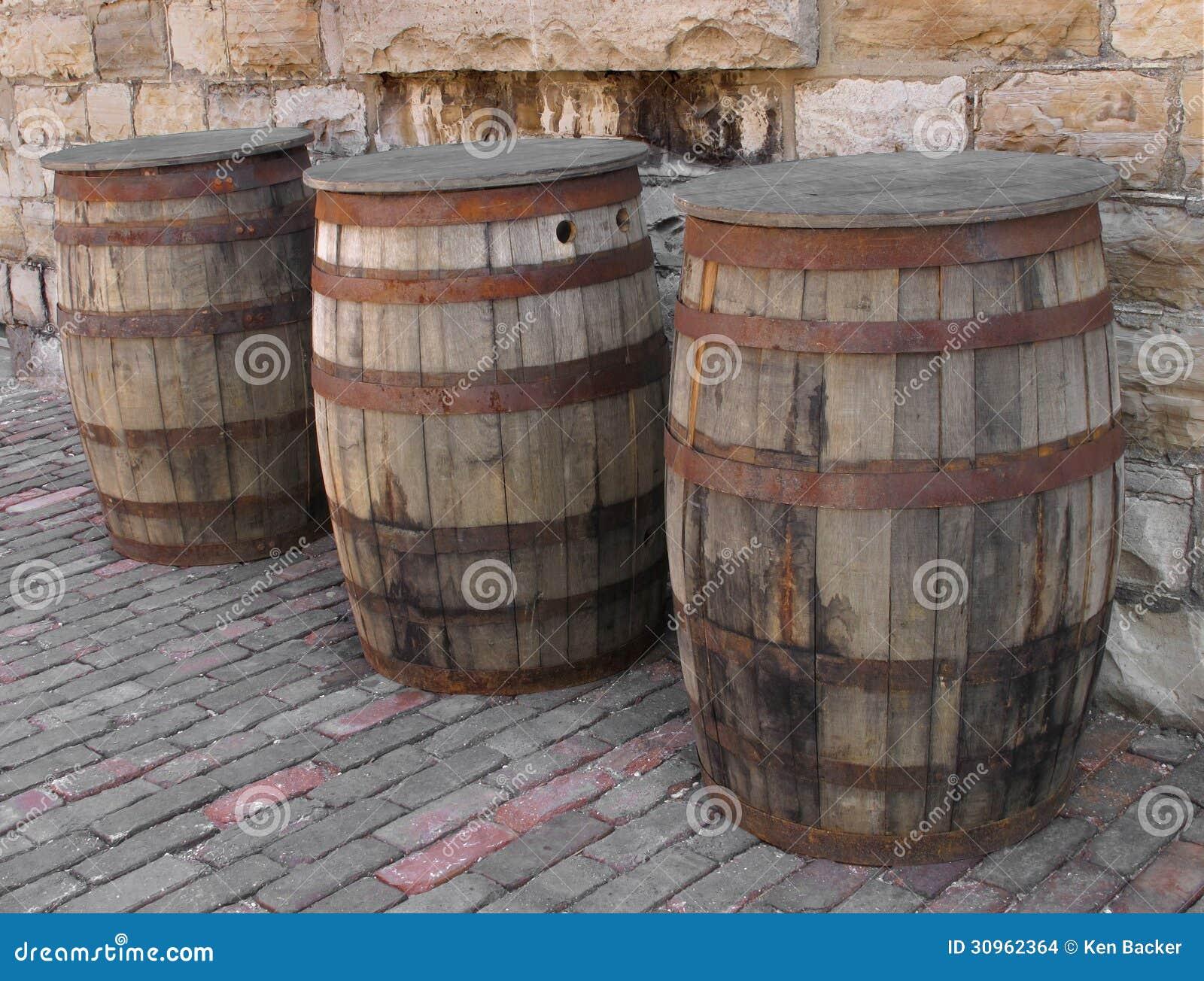 Tres barriles de madera viejos imagenes de archivo for Barriles de madera bar