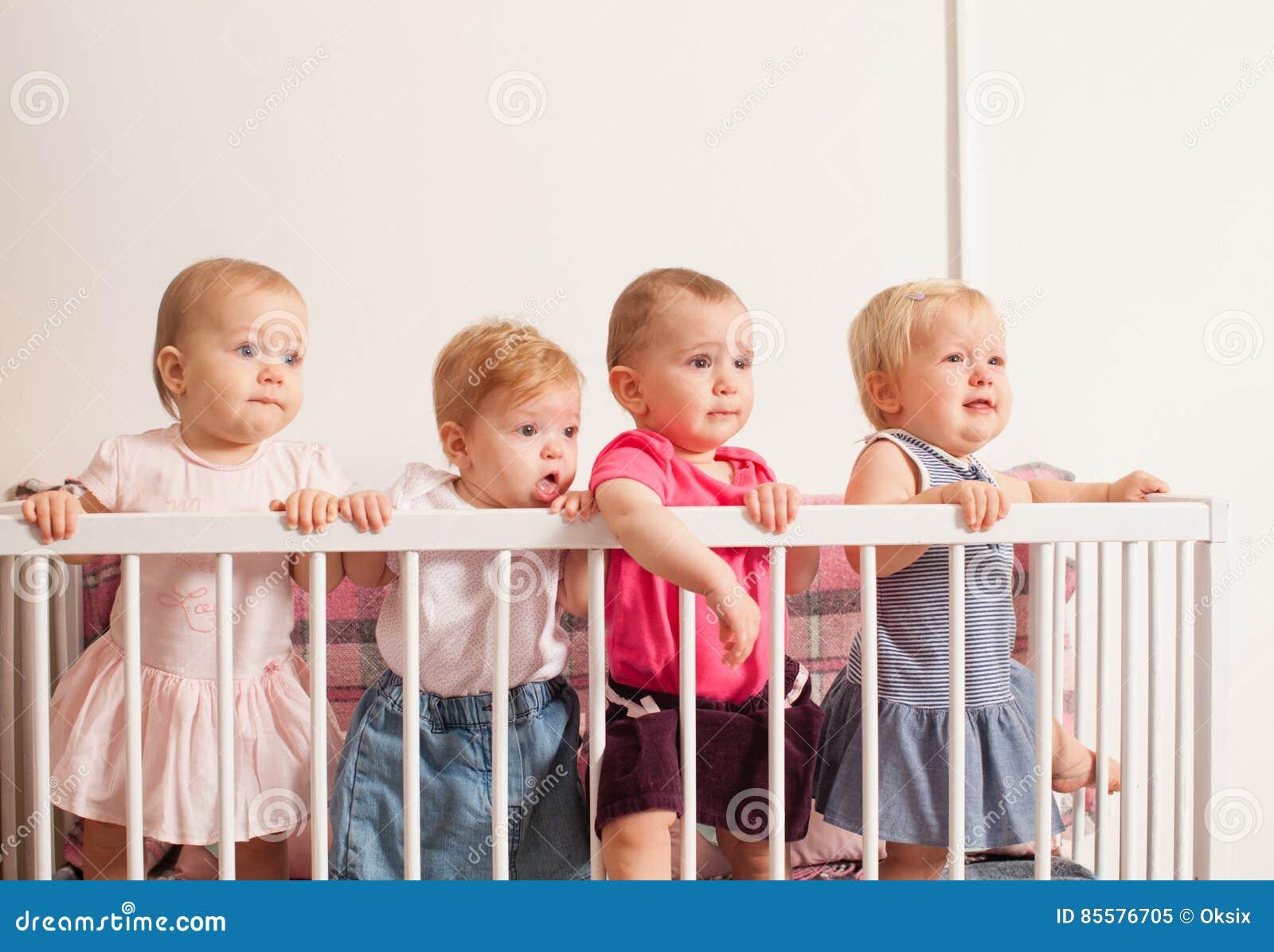 Tres bebés en el pesebre