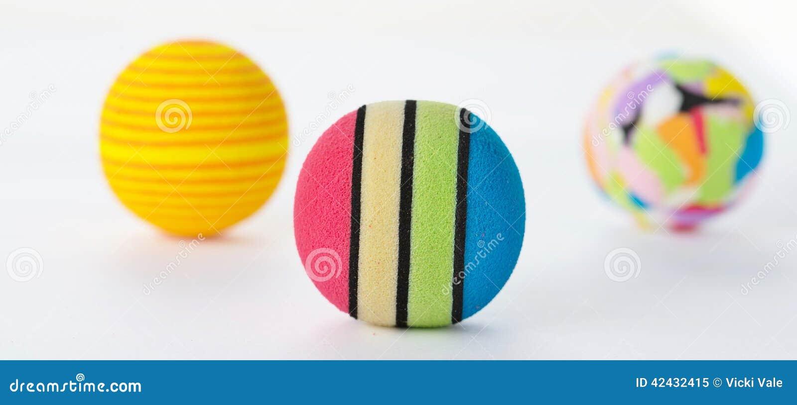 Tres bolas brillantemente coloreadas de la espuma aisladas