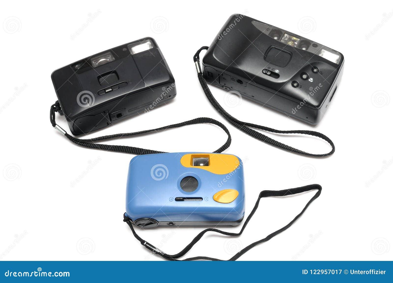 Tres cámaras de la película con las correas de muñecas negras Dos son negro mientras que el otro es azul en color