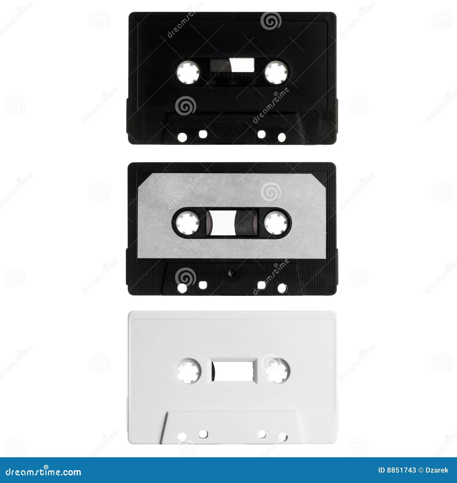 Tres cassettes viejos aislados en blanco