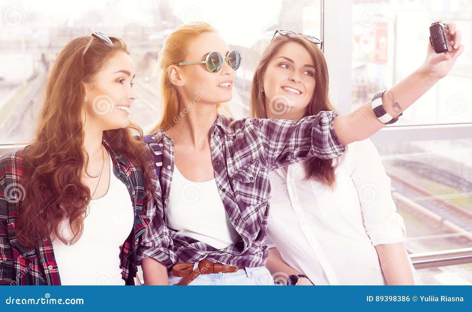 De Sol Selfie Gafas Tres Jóvenes Las La Que Chicas Hacen El En 0wNnOk8PX