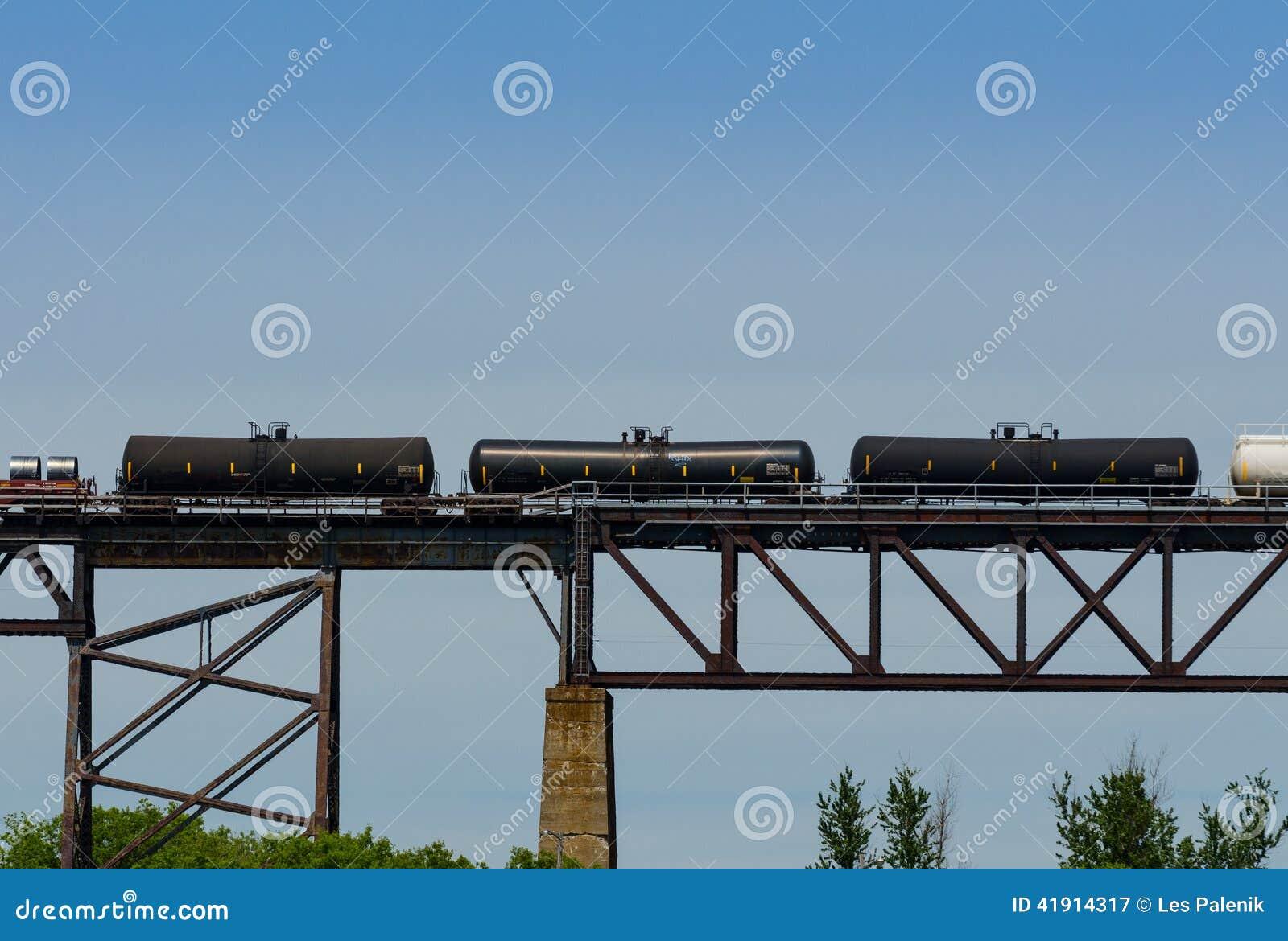 Tres coches ferroviarios negros