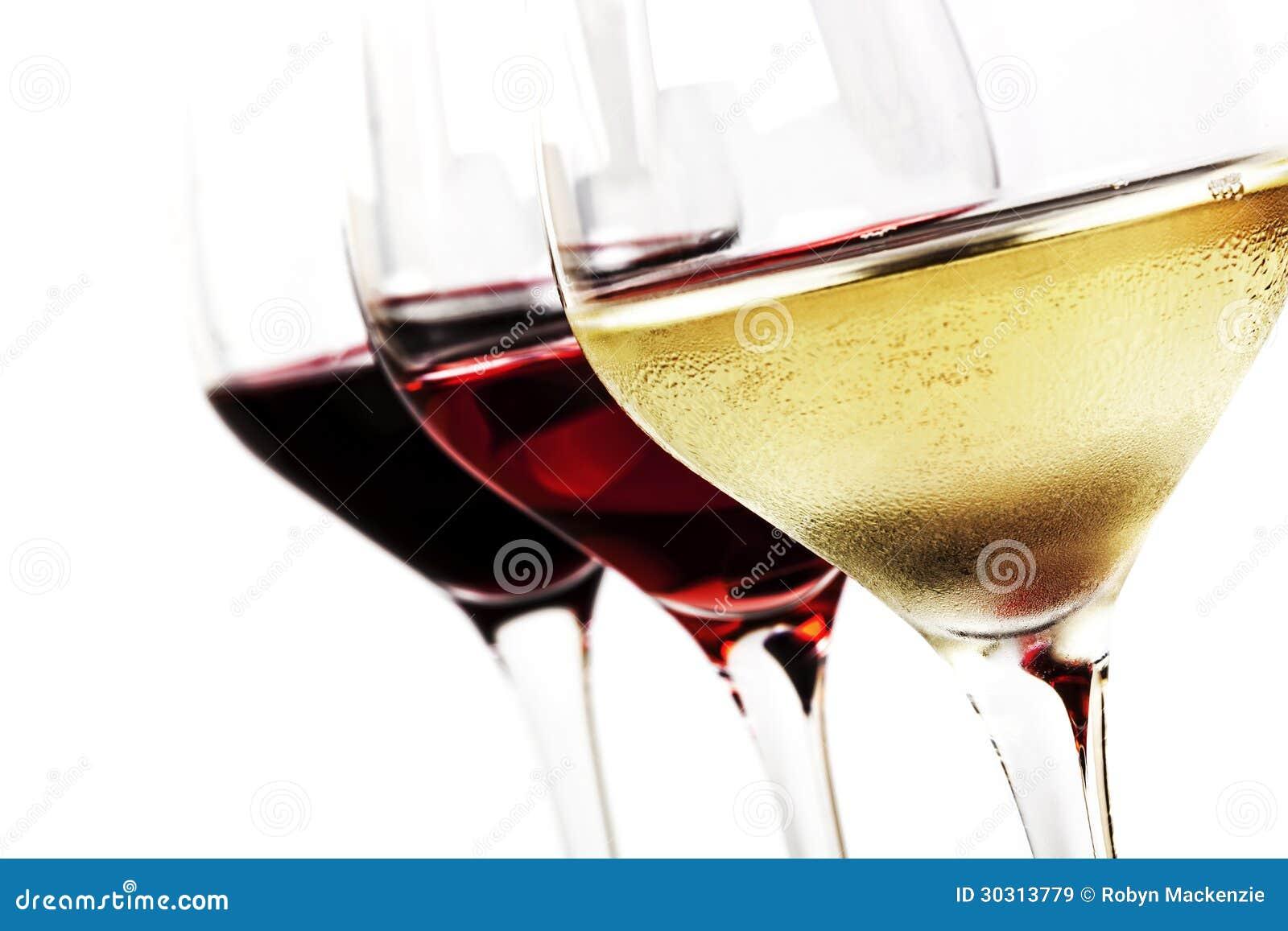 Copas de vino sobre blanco