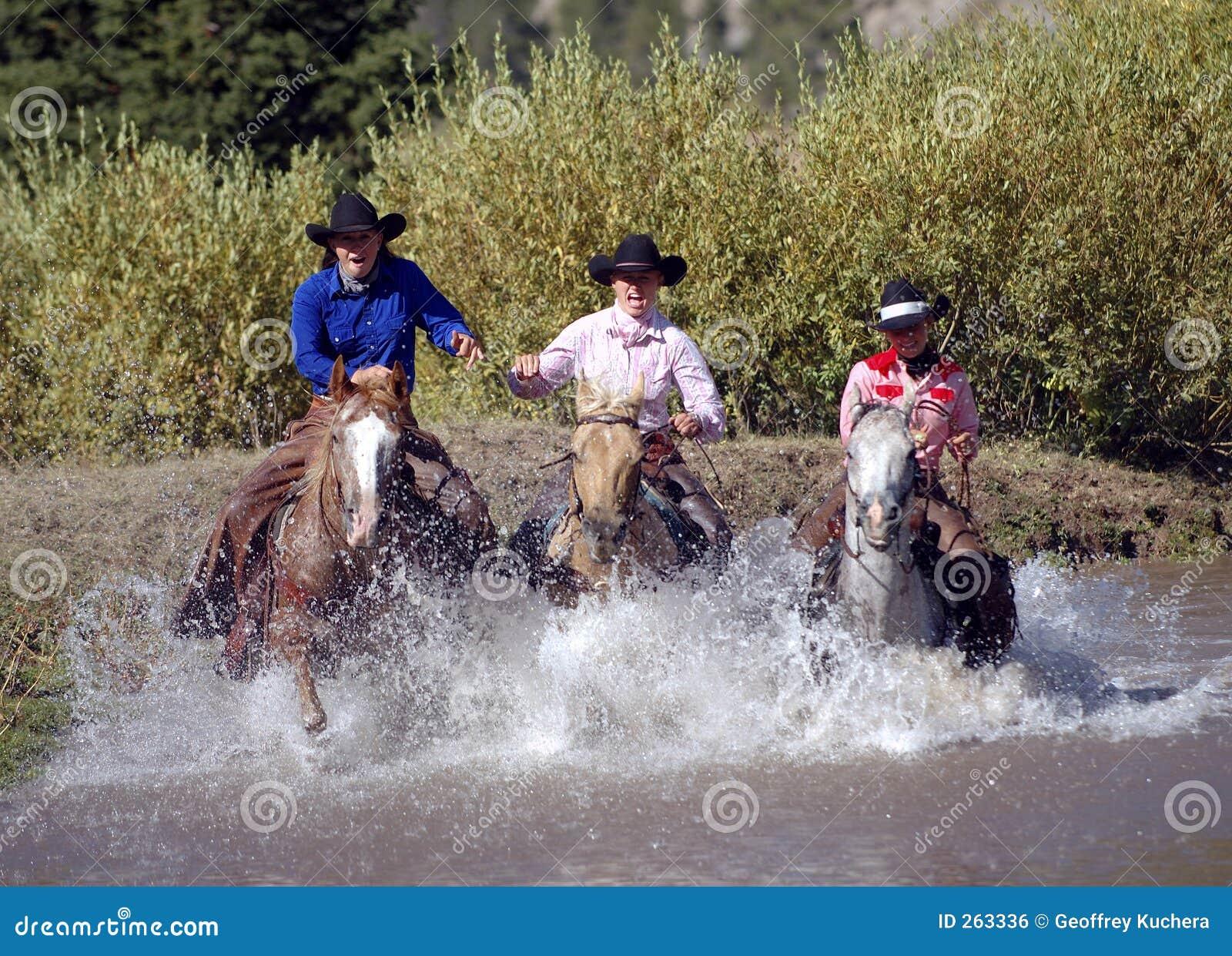Tres Cowgirls que cruzan la charca