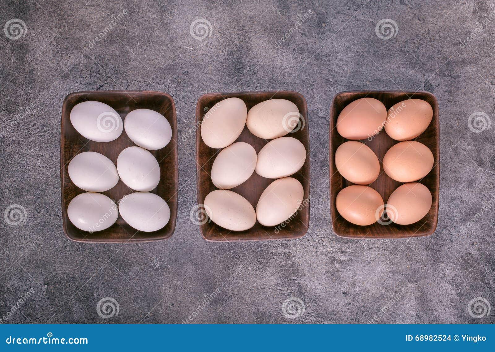 Tres cuencos con los huevos arriba