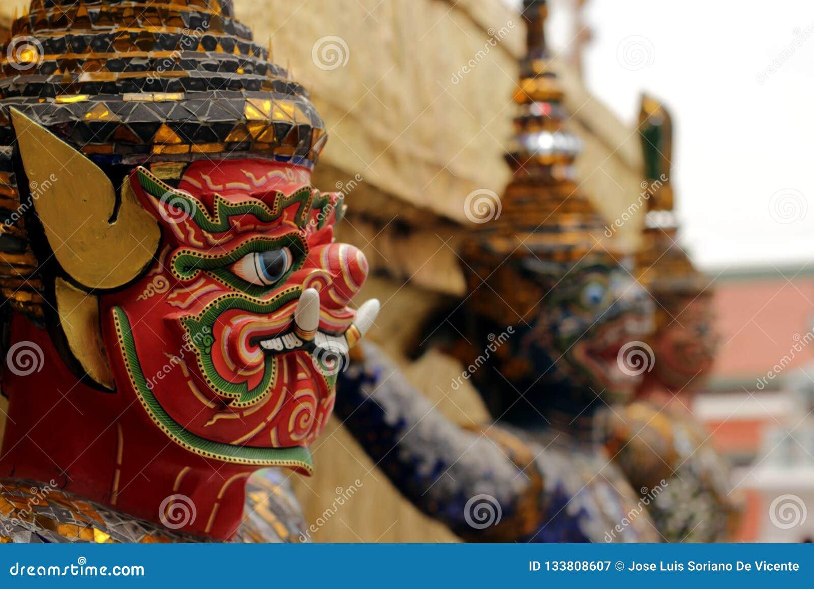 Tres diablos tailandeses que protegen la entrada del templo