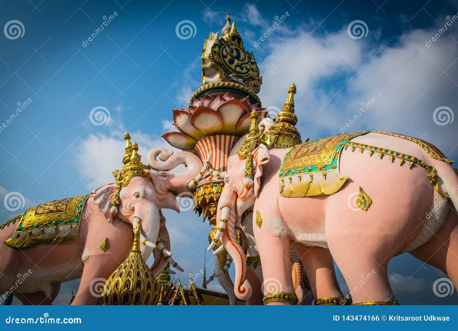 Tres estatuas de Erawan y rey de los símbolos de Tailandia en Wat Phra Kaew en Bangkok, Tailandia