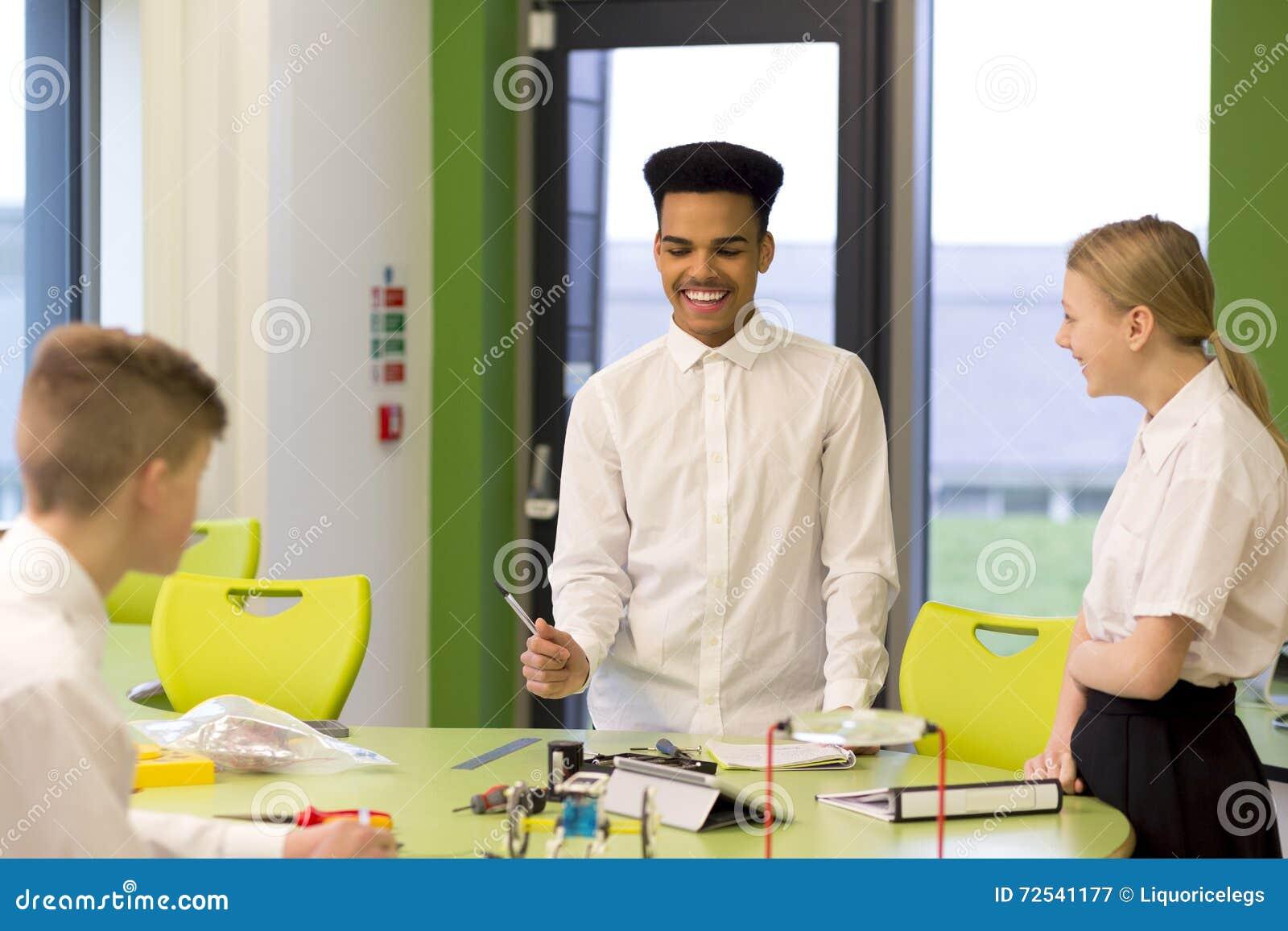 Tres estudiantes en clase de la tecnología