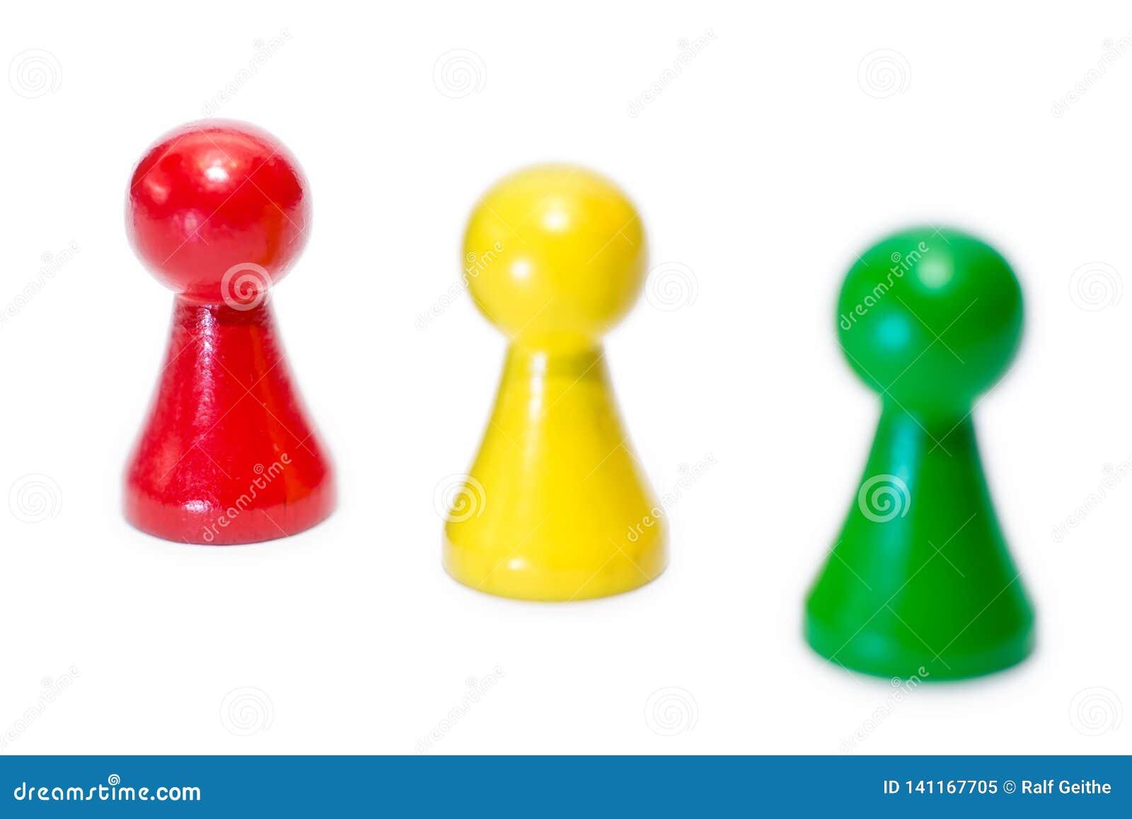 Tres figuras del juego en el fondo blanco con pendiente de la agudeza