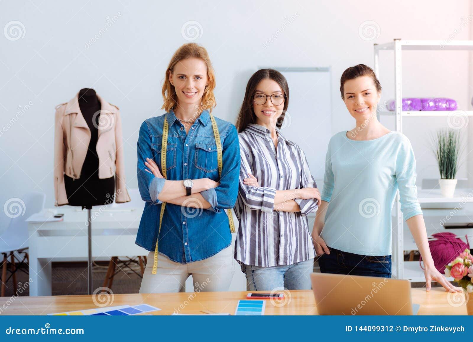 Tres hembras que están en el lugar de trabajo