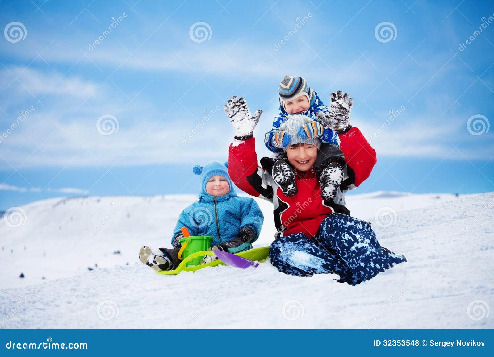 Tres hermanos que se divierten el día de invierno