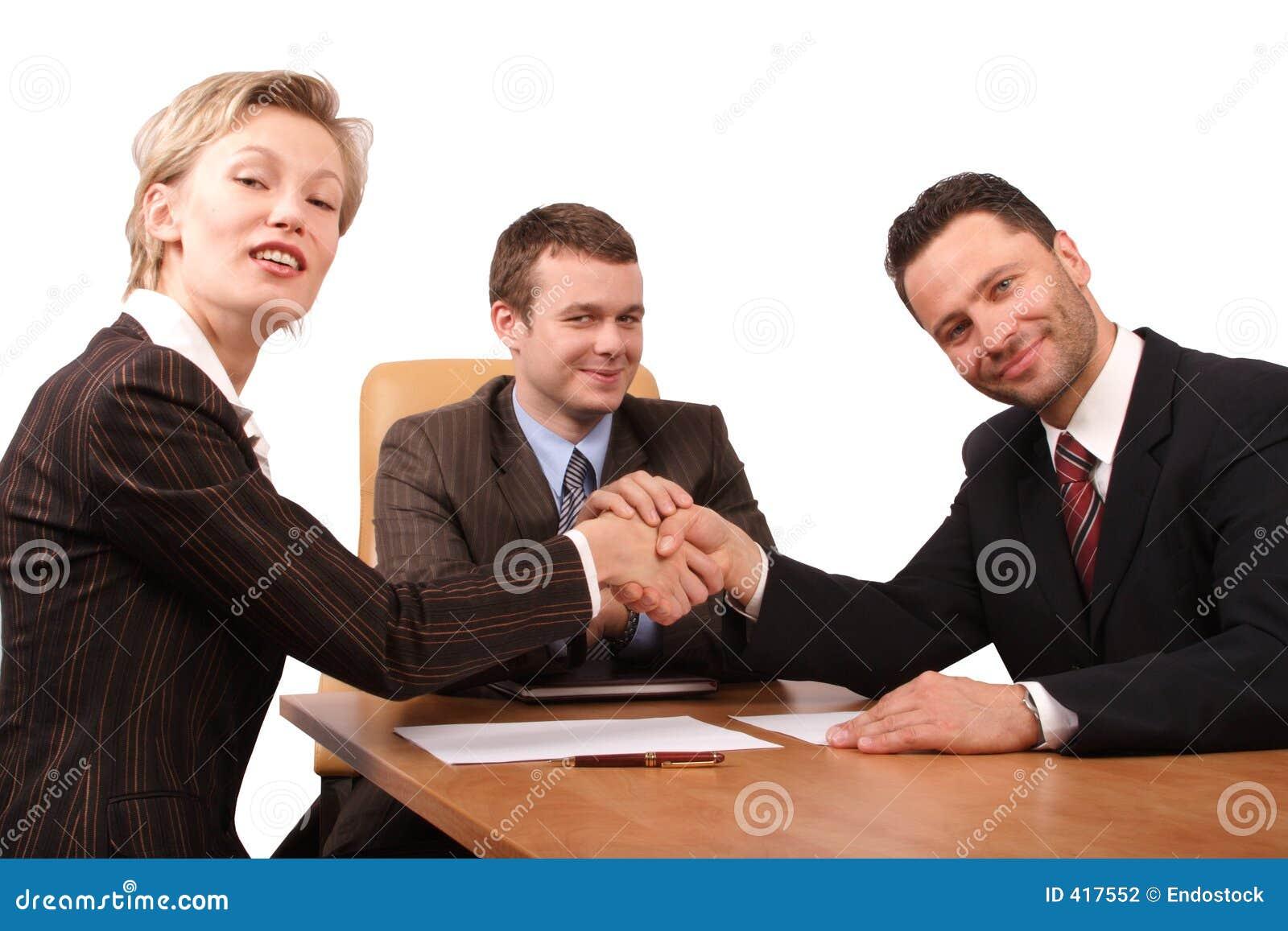Tres hombres de negocios del handhshake