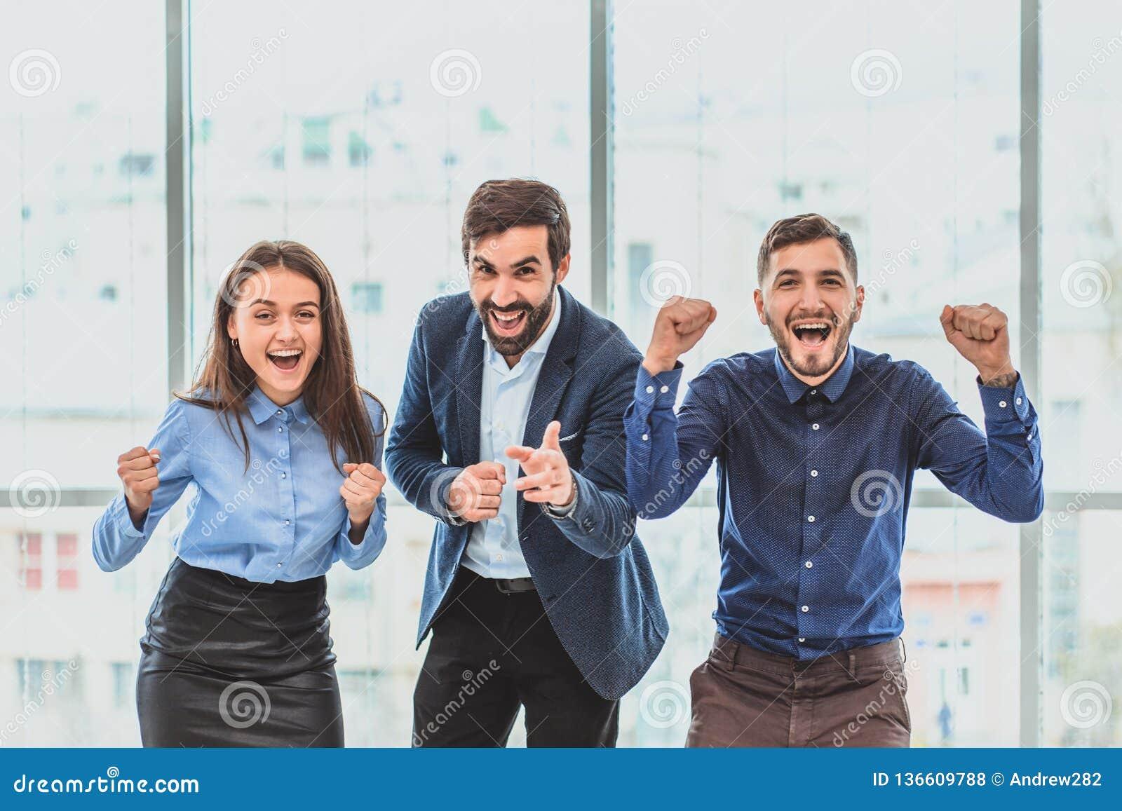 Tres hombres de negocios jovenes que ganan la oferta son felices Durante este tiempo