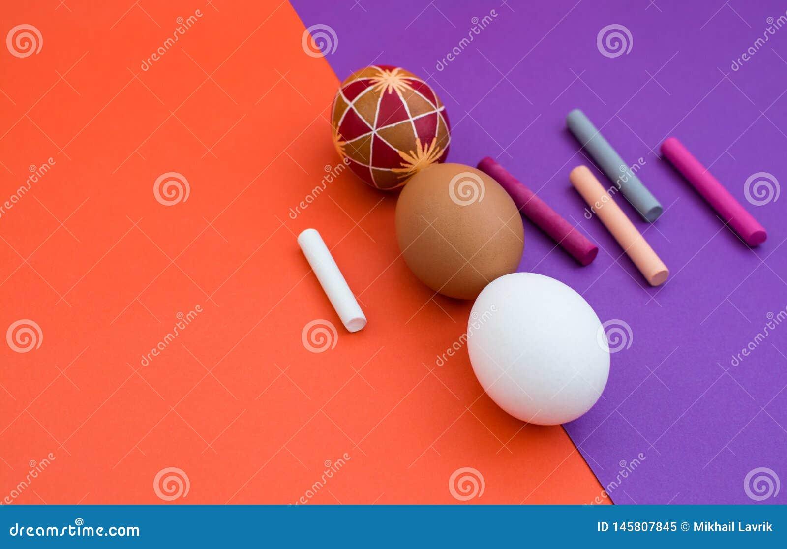 Tres huevos en fondo del color